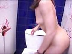 Блондинка сосет и ебется в туалете клуба