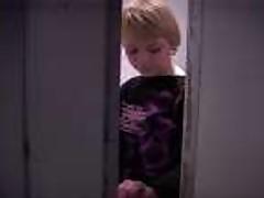 Блондинка ебется и сосет в клубном туалете
