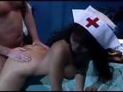 Грудастая мамочка медсестра делает минет