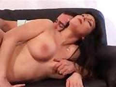 Klassicheskoe porno video s grudastoj mamochkoj