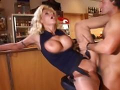 Jelegantnaja blondinka vstrechaet krasivogo neznakomca v bare