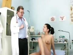 Моника раскрывает свою киску для гинеколога
