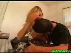 Молодая блондинка берет в рот и дает
