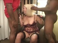 Zhena-blondinka ljubit dvuh chernyh dzhentl'menov
