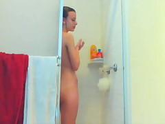 Принимает душ перед вебкой