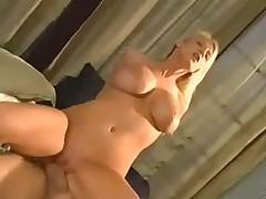 Грудастая блондинка Надя Хилтон