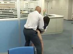 Начальник трахнул ее прямо на рабочем месте