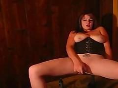 Эмо с большими сиськами мастурбирует