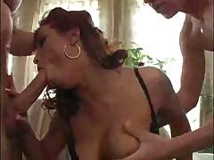 Соскучившейся по сексу мамаше надо сразу и побольше
