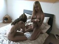 Две красотки лесбиянки показывают перелести в постели