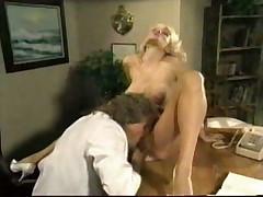 Ее груди и киска соблазнили доктора в два счета