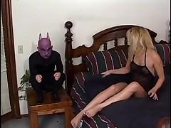 Горячая женушка трахнута карликом демоном