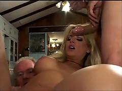 Порнозвезда Викки дает множеству мужчин одновременно