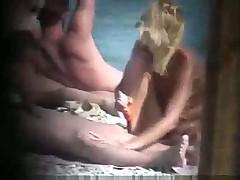Блондинка дрочит своему парню на нудистском пляже