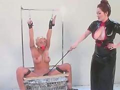 Зрелая лесбиянка наказала молодую