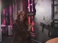 Женщина жестко наказывает мужика