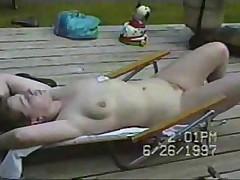 Подружка загорает обнаженной