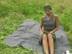 Чешка Люси Теодорова мастурбирует на природе