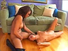 Двух зачетных девушек доводят до оргазма