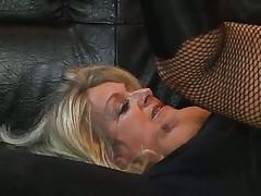 Зрелая блонди в сексуальных чулказ