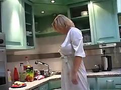 Курящая домохозяйка показала свои сьски
