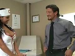 Сексуальная докторша в чулках помогла пациенту с сексом