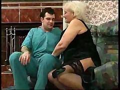 Зрелая дама вызвала врача на дом и трахнула его