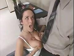 Кармелла Бинг работает в офисе