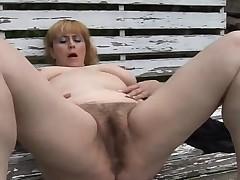Небритая вагинка развлекает себя пальцами