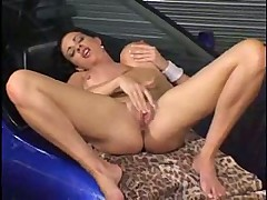 Грудастая брюнеточка моет авто и мастурбирует