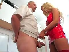 Блондинка дрочит мужику на кухне