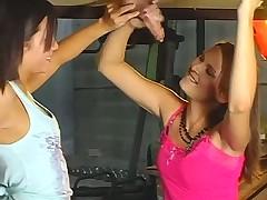 2 молоденькие девченки дрочат и сосут парню через дырку