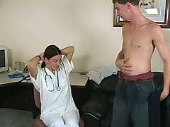 Медсестра снимает пациенту напряжение