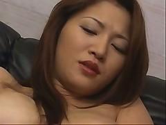Красивую азиатку медленно трахают пальцами