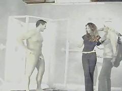 Голый мужик с одетыми девушками