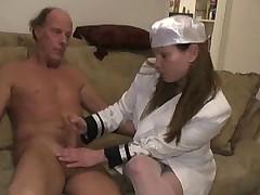 Медсестра делает массаж члена руками