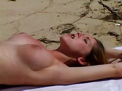 Двое на пустынном пляже