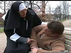 Монашка салилась над бездомным и сделал ему сочный отсос