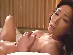 Мужик довел азиатку до оргазма и заполнил киску спермой