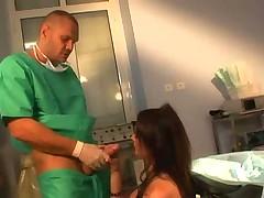 Доктор оприходовал пациентку