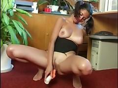 porno-bryunetka-masturbiruet-v-ofise